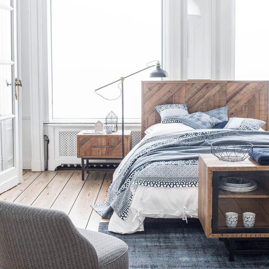 Chambre blanche avec un lit et des table de chevet en bois recyclé sur pieds métallique