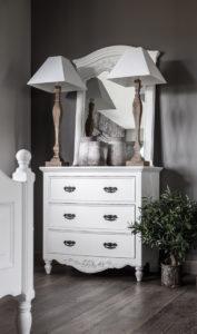 miroir trumeau blanc sur commode romantique blanche chambre