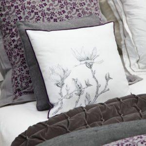 Coussin en coton au motif fleuri