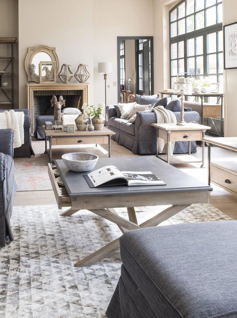 Table basse a pieds croisés en bois clair et plateau béton