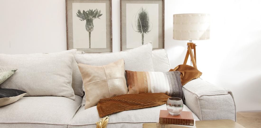 déco salon canapé blanc accessoires orange et tableau croquis plantes en noir et blanc