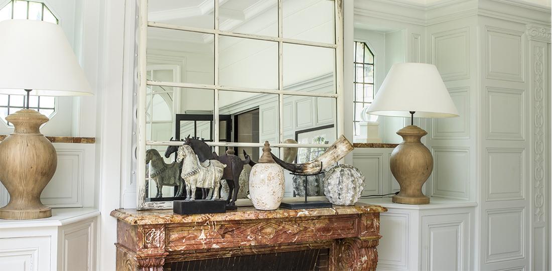 cheminée avec miroir verrière blanc et lampes à poser en bois massif abat-jour lin