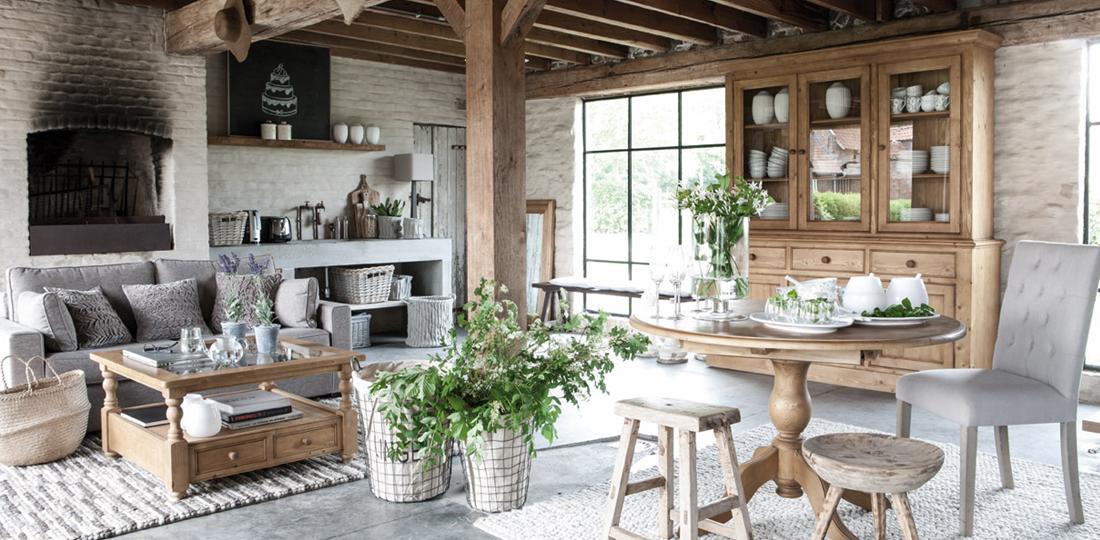 salon ambiance chalet table ronde, buffet et table basse en bois naturel ciré