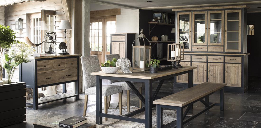 salle à manger style campagne table, vaisselier et banc en bois bleu navy plateaux et portes en bois recyclé
