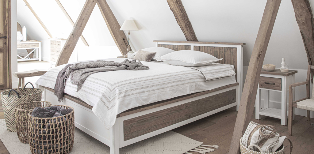 chambre style bord de met avec lit double en bois blanc et panneau de bois recyclé et table de chevet à tiroirs assortis