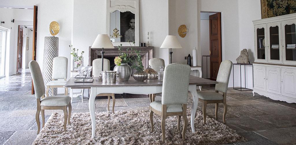 salle à manger chic avec table en bois et vaisselier vitré blanc style Louis XV, et chaises en tissu vert sauge
