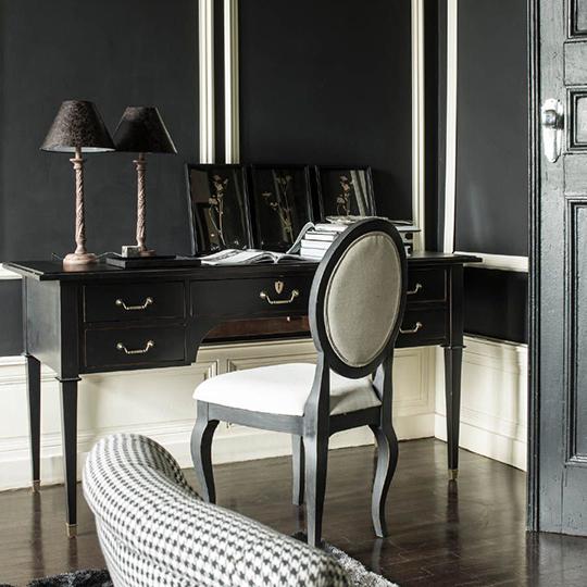 bureau en bois noir et chaise médaillon en tissu beige
