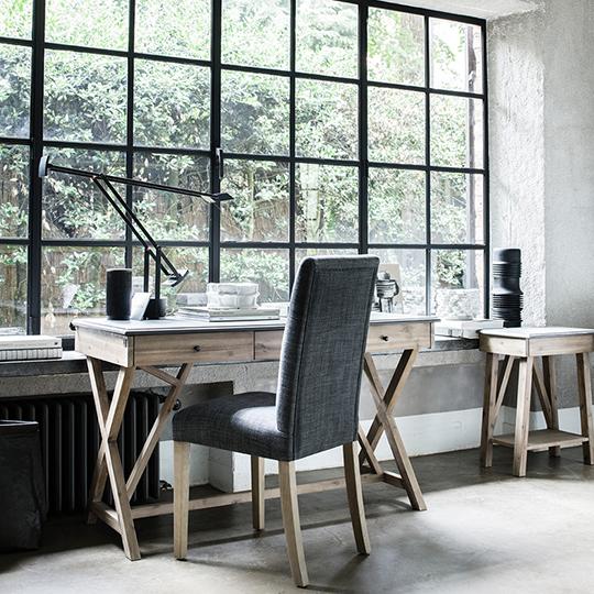 bureau contemporain en bois et plateau béton avec chaise en tissu gris