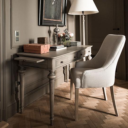 bureau en bois et fauteuil de table en tissu clair