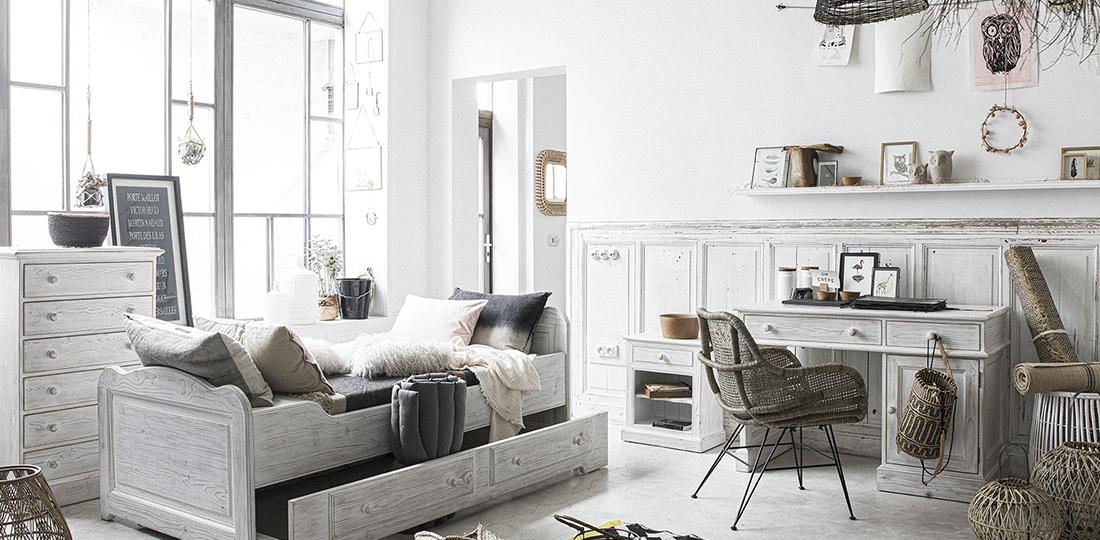 chambre ado avec lit gigogne blanc, bureau blanc en bois et fauteuil en rotin